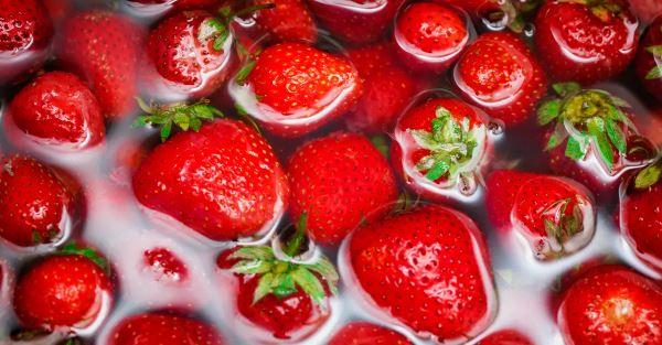 washing strawberries in vinegar
